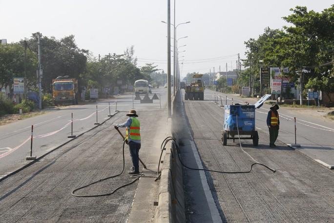 Cận cảnh vá víu quốc lộ ngàn tỉ ở Quảng Nam - Ảnh 3.