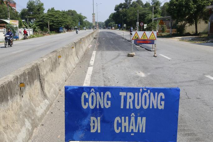 Cận cảnh vá víu quốc lộ ngàn tỉ ở Quảng Nam - Ảnh 1.