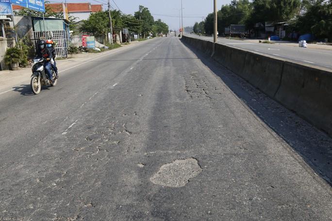 Cận cảnh vá víu quốc lộ ngàn tỉ ở Quảng Nam - Ảnh 12.