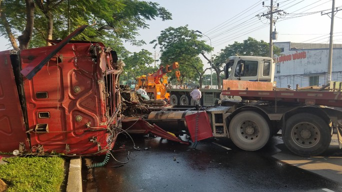 2 xe container đối đầu kinh hoàng, cuộn thép 30 tấn văng xuống đường - Ảnh 2.