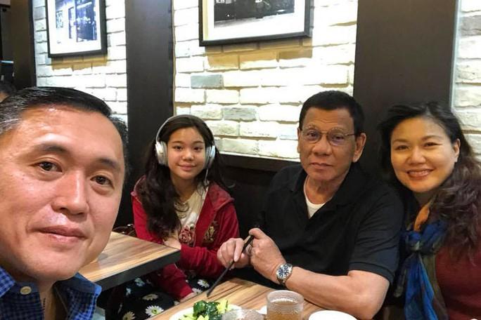 Du hí Hồng Kông không đúng lúc, ông Duterte hứng bão chỉ trích - Ảnh 3.