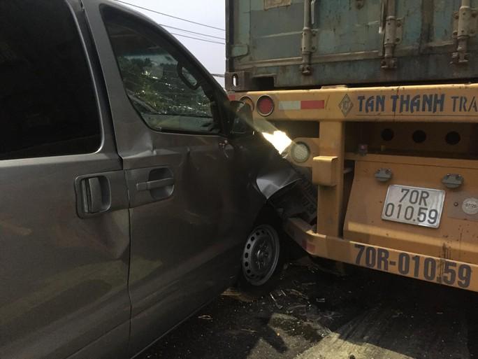 TP HCM: Xe buýt mất thắng gây tai nạn liên hoàn ở Hóc Môn - Ảnh 2.