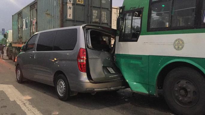 TP HCM: Xe buýt mất thắng gây tai nạn liên hoàn ở Hóc Môn - Ảnh 1.
