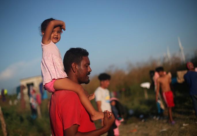 Ông Trump dọa thêm quân, hàng ngàn người di cư vẫn dồn tới - Ảnh 1.
