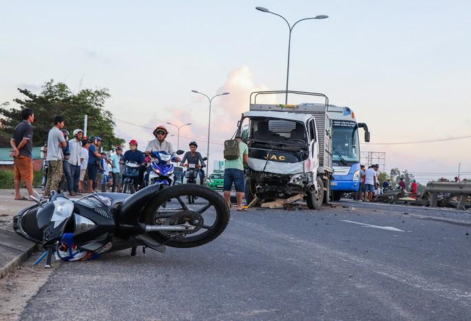 Tai nạn kinh hoàng giữa 2 xe tải, ô tô Mazda BT50 và 2 xe máy - Ảnh 2.