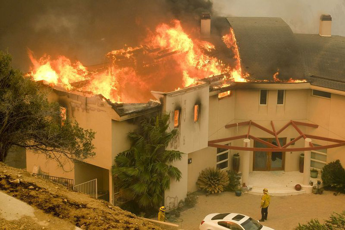 Hàng loạt ngôi sao Hollywood sơ tán khẩn cấp vì cháy rừng - Ảnh 3.