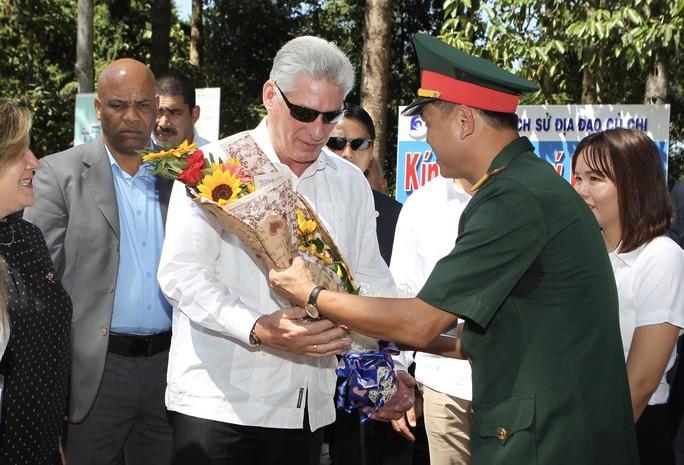 Chủ tịch Cuba thưởng thức khoai mì tại địa đạo Củ Chi - Ảnh 1.