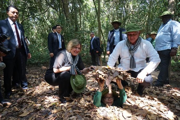 Chủ tịch Cuba thưởng thức khoai mì tại địa đạo Củ Chi - Ảnh 7.