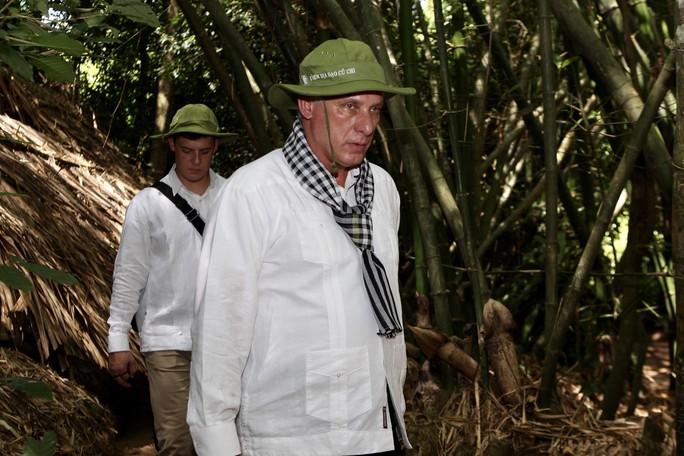 Chủ tịch Cuba thưởng thức khoai mì tại địa đạo Củ Chi - Ảnh 11.