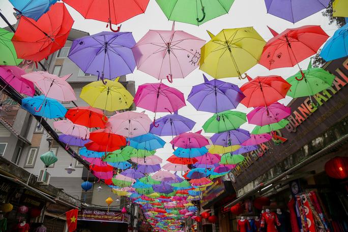Mới lạ đường ô rực rỡ sắc màu ở làng lụa Vạn Phúc - Ảnh 5.