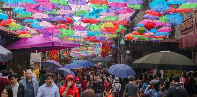 Mới lạ đường ô rực rỡ sắc màu ở làng lụa Vạn Phúc - Ảnh 8.