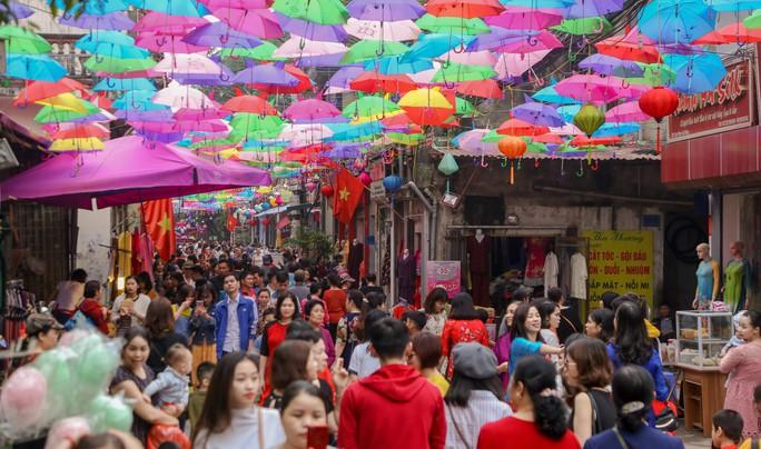 Mới lạ đường ô rực rỡ sắc màu ở làng lụa Vạn Phúc - Ảnh 9.
