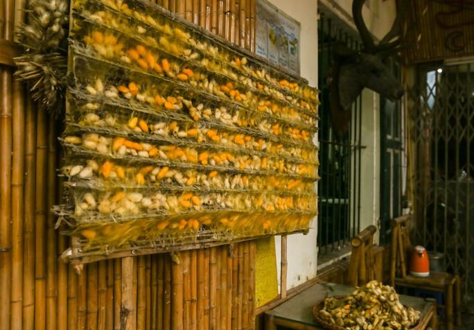 Mới lạ đường ô rực rỡ sắc màu ở làng lụa Vạn Phúc - Ảnh 22.