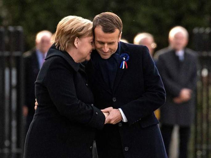 TT Trump ngại mưa, ông Macron và bà Merkel nắm chặt tay đồng lòng - Ảnh 2.