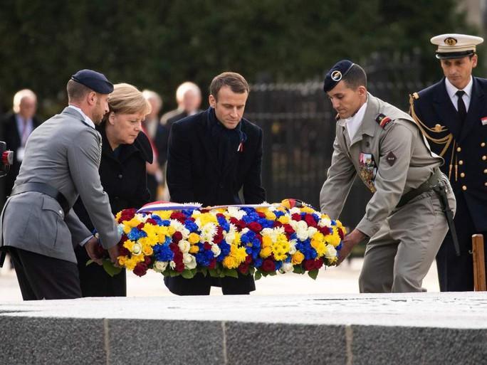 TT Trump ngại mưa, ông Macron và bà Merkel nắm chặt tay đồng lòng - Ảnh 3.