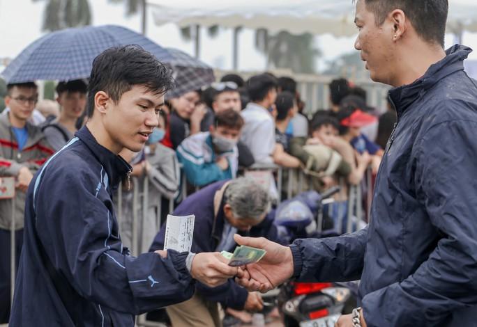 Chen chúc mua vé đại chiến Việt Nam - Malaysia trong mưa rét - Ảnh 8.