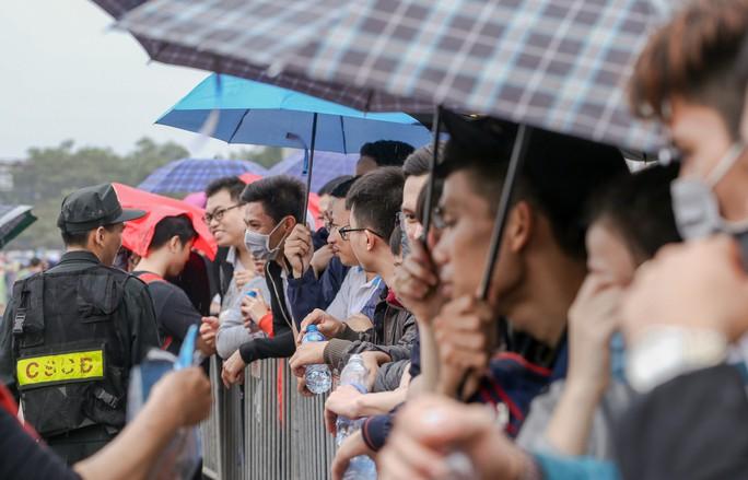 Chen chúc mua vé đại chiến Việt Nam - Malaysia trong mưa rét - Ảnh 4.