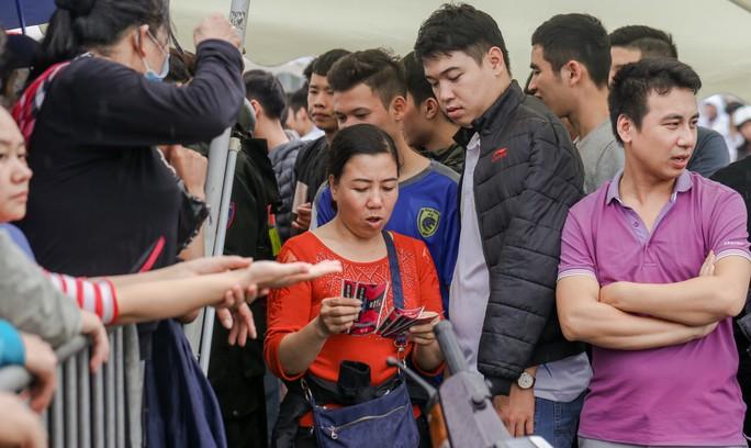 Chen chúc mua vé đại chiến Việt Nam - Malaysia trong mưa rét - Ảnh 5.