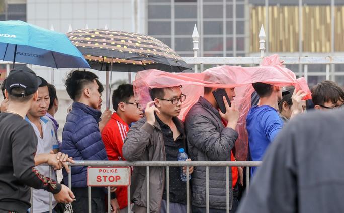 Chen chúc mua vé đại chiến Việt Nam - Malaysia trong mưa rét - Ảnh 6.
