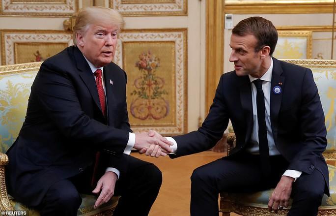 Giải mã phản ứng của ông Trump khi ông Macron vỗ đầu gối - Ảnh 7.