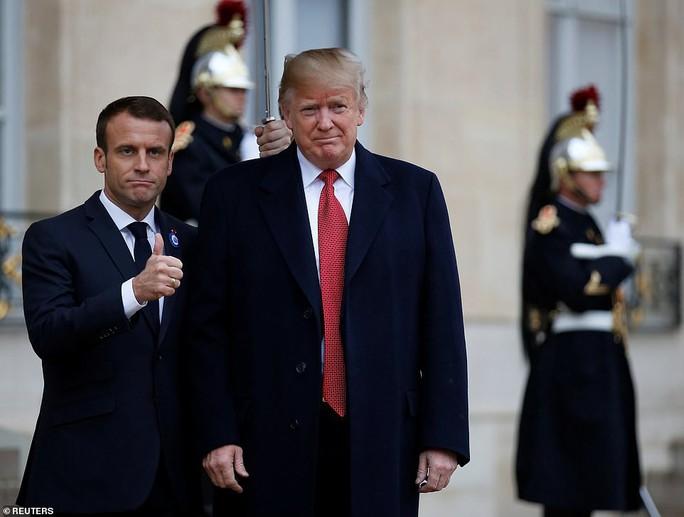 Giải mã phản ứng của ông Trump khi ông Macron vỗ đầu gối - Ảnh 9.