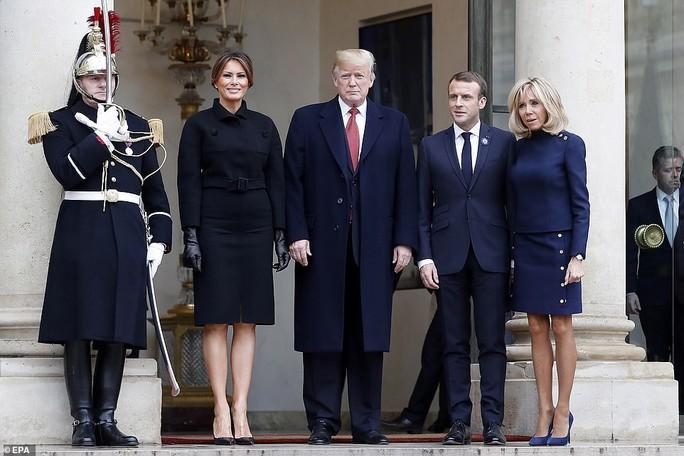 Giải mã phản ứng của ông Trump khi ông Macron vỗ đầu gối - Ảnh 13.