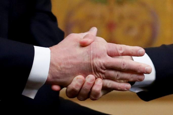 Giải mã phản ứng của ông Trump khi ông Macron vỗ đầu gối - Ảnh 6.