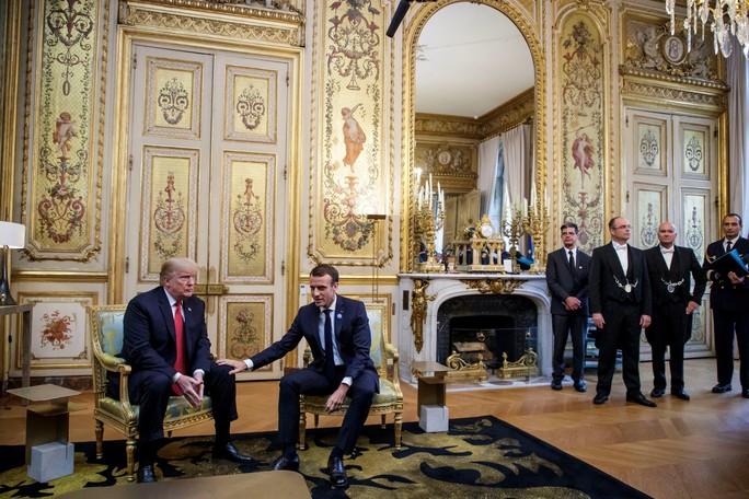 Giải mã phản ứng của ông Trump khi ông Macron vỗ đầu gối - Ảnh 4.