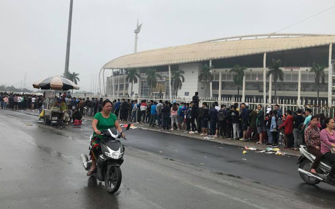 Chen chúc mua vé đại chiến Việt Nam - Malaysia trong mưa rét - Ảnh 1.