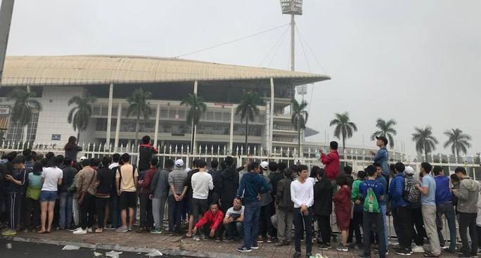 Chen chúc mua vé đại chiến Việt Nam - Malaysia trong mưa rét - Ảnh 2.