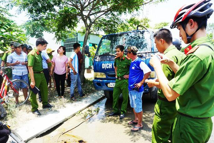 Đổ trộm nhớt thải xuống cống thoát nước, một tài xế bị phạt 100 triệu đồng - Ảnh 1.