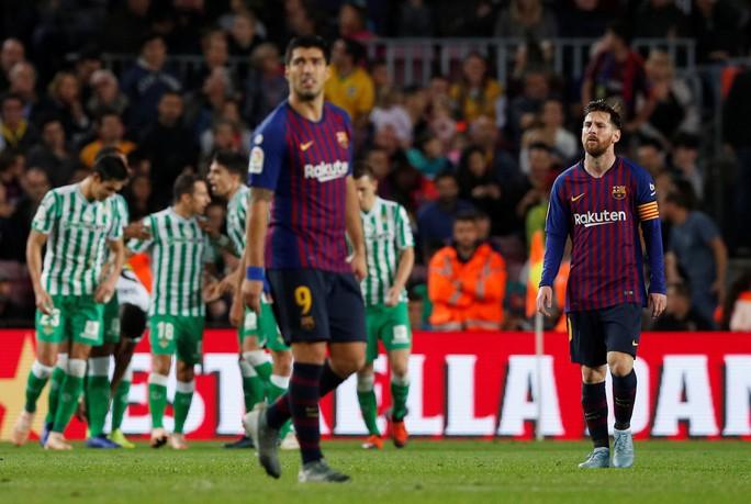 Messi trở lại, Barcelona thua tệ hại Real Betis ở Nou Camp - Ảnh 4.