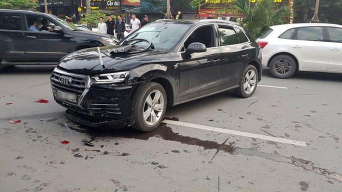 Xe sang Audi Q5 lùi tốc độ cao tông hàng loạt phương tiện - Ảnh 2.