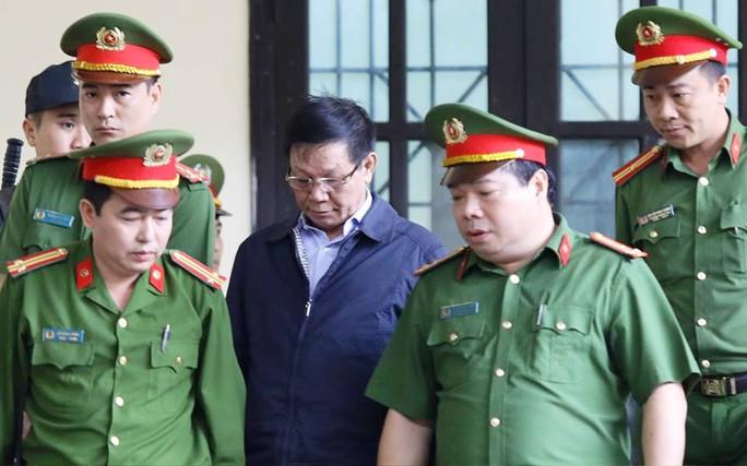 Đang xét xử, ông Phan Văn Vĩnh phải vào phòng y tế điều trị - Ảnh 1.