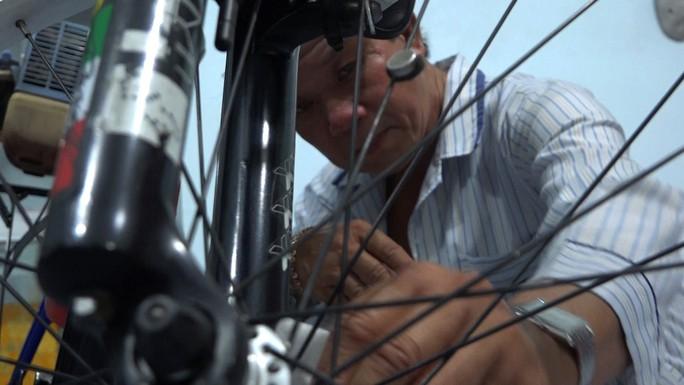 """Lão nông chế tạo xe đạp chạy bằng máy cắt cỏ """"độc nhất vô nhị"""" - Ảnh 1."""