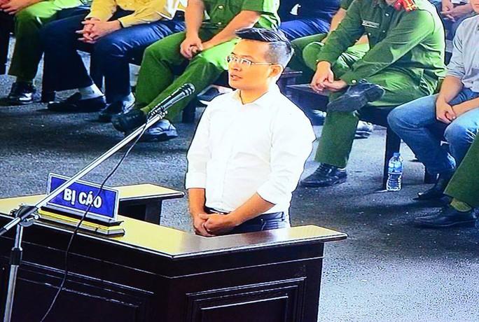 Đang xét xử, ông Phan Văn Vĩnh phải vào phòng y tế điều trị - Ảnh 2.