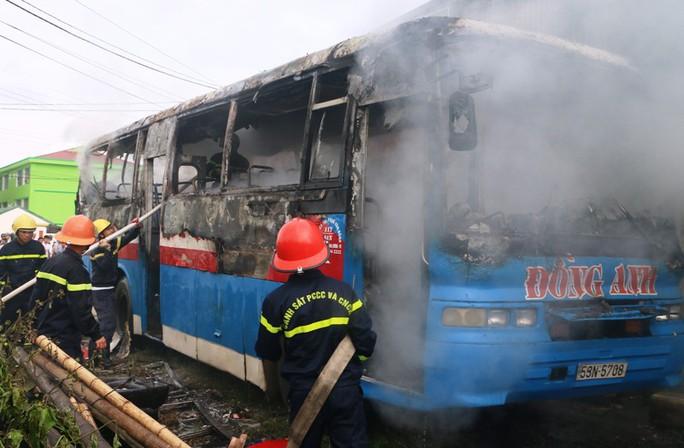 Vừa rời gara sửa chữa, xe khách 45 chỗ bỗng bốc cháy dữ dội - Ảnh 2.