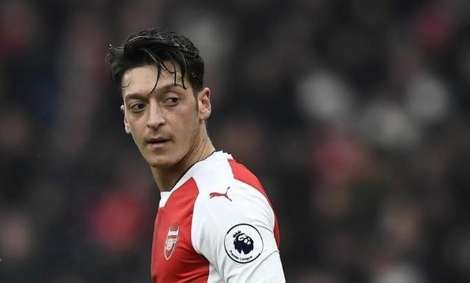 Ozil từ chối lương 30 tỉ đồng/tuần để ở lại Arsenal - Ảnh 1.