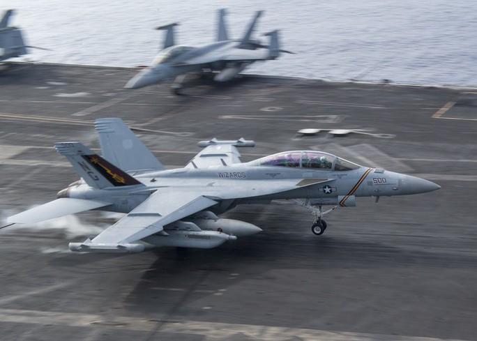 Hai tàu sân bay Mỹ phô diễn sức mạnh ở vùng biển Philippines - Ảnh 2.