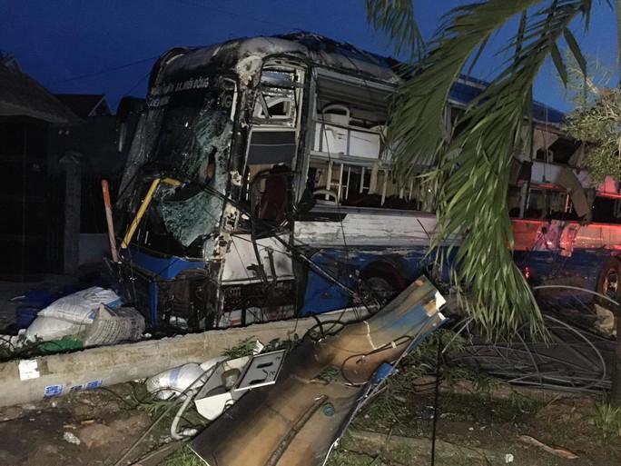 Xe tải tông liên hoàn 2 xe khách, nhiều người bị thương - Ảnh 1.
