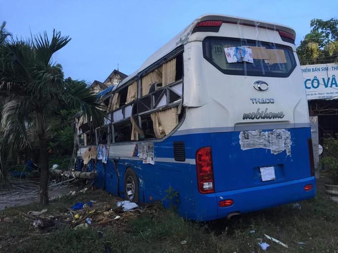 Xe tải tông liên hoàn 2 xe khách, nhiều người bị thương - Ảnh 3.