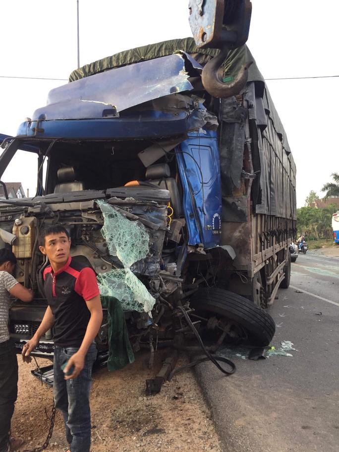 Xe tải tông liên hoàn 2 xe khách, nhiều người bị thương - Ảnh 2.