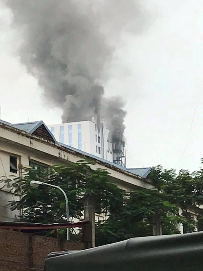 Cháy lớn nhà cao tầng đang hoàn thiện, công nhân bỏ chạy tán loạn - Ảnh 3.