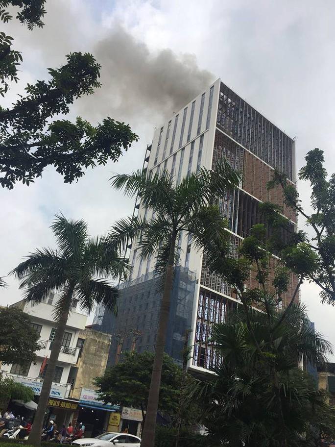 Cháy lớn nhà cao tầng đang hoàn thiện, công nhân bỏ chạy tán loạn - Ảnh 1.