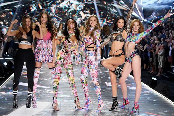Đụng đến vấn đề nhạy cảm, giám đốc điều hành hãng nội y Victoria's Secret từ chức - Ảnh 6.