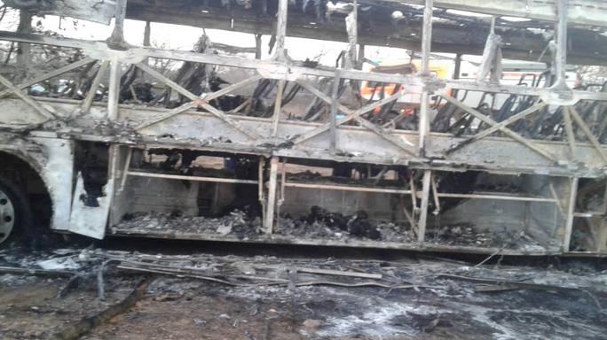 Bình gas nổ làm xe buýt bốc cháy, 42 người thiệt mạng - Ảnh 1.