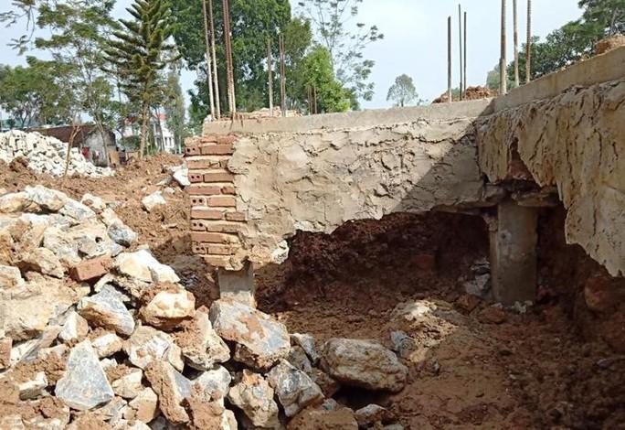 Móng trung tâm văn hóa 3,3 tỉ đồng đang xây bị nứt toác không phải do mưa - Ảnh 2.