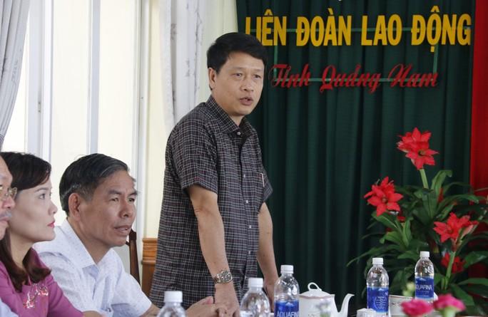 Nhận quà của LĐLĐ Đà Nẵng, công nhân Quảng Nam xúc động bật khóc - Ảnh 2.