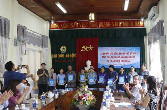 Nhận quà của LĐLĐ Đà Nẵng, công nhân Quảng Nam xúc động bật khóc - Ảnh 1.