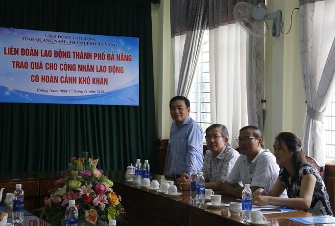 Nhận quà của LĐLĐ Đà Nẵng, công nhân Quảng Nam xúc động bật khóc - Ảnh 3.